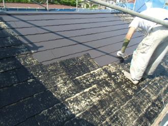 シーラー塗布後の中塗り(屋根塗装)