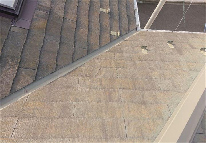 経年でクラックが発生するコロニアルNEOの屋根