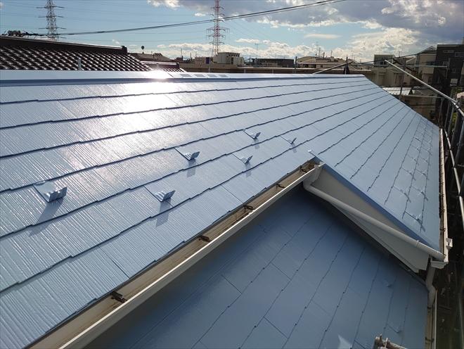 屋根と棟板金が同色に仕上がり綺麗になりました