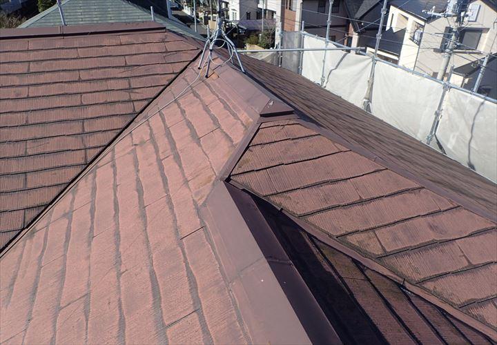 色褪せと変色の目立つスレート屋根