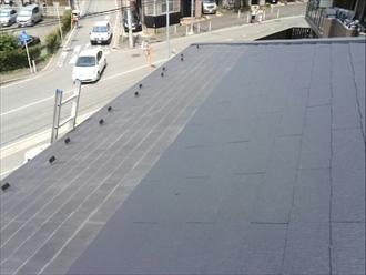 都筑区のアパートで屋根の点検 一部だけ新しいコロニアルになっている